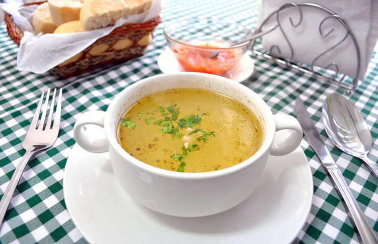 C mo se come con qu cubiertos tomar algunos alimentos for Cuchara para consome
