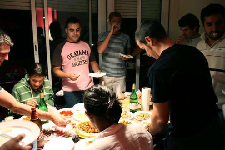 9 razones por las que invitar a cenar a unos amigos a casa - Cena con amigos en casa ...