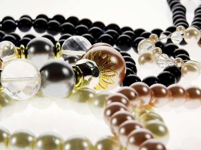 35c394953871 Cómo vestir los complementos - collares anillos...