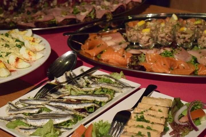 Una cena fr a qu servir en un buffet fr o for Menu para comida familiar