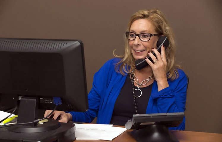 Buenas maneras al tel fono etiqueta telef nica atender for Oficina de empleo telefono informacion