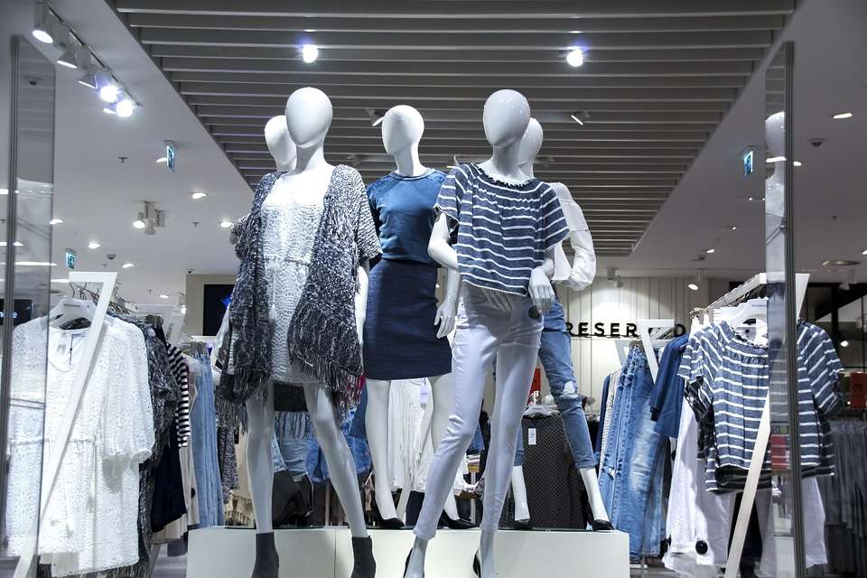 Escaparate moda maniquí femenino