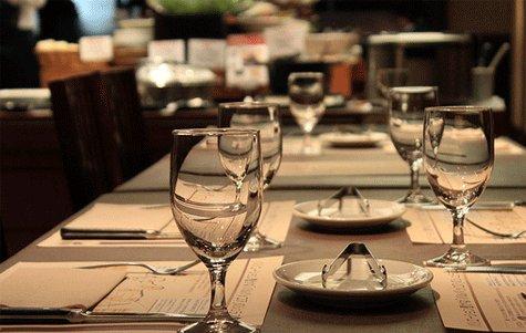 Buenas maneras en la mesa etiqueta a la hora de comer for Mesas para restaurante usadas