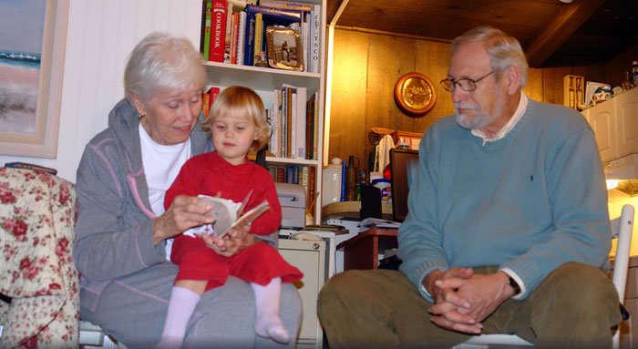 Abuelos con su nieta