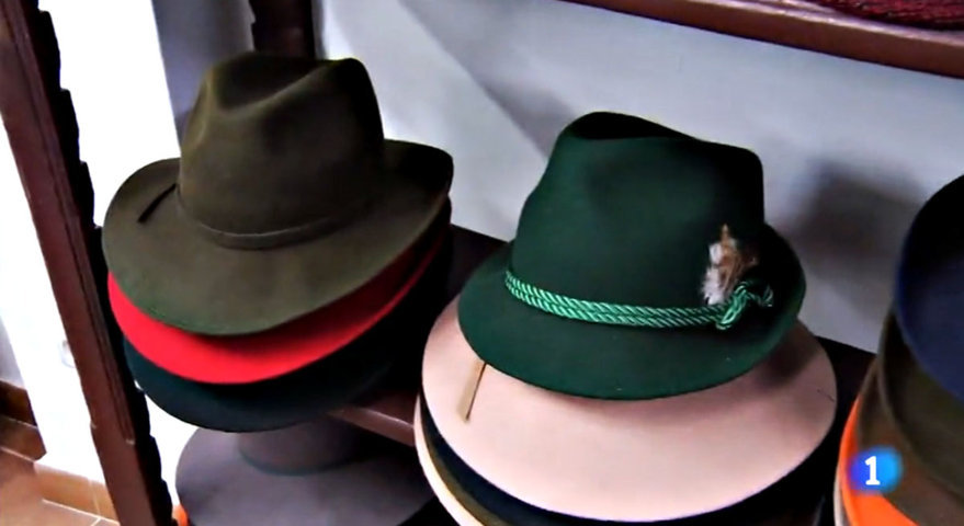 Cómo vestir un sombrero de hombre. Utilizar un sombrero de forma correcta  Sombreros ... c5f8d3345c9